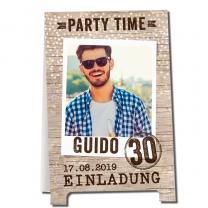 """Einladungskarten """"Geburtstagsparty"""" in trendiger Holzoptik und effektvoller Gestaltung als Aufsteller"""