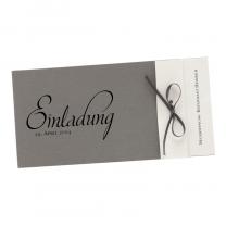 """Einladungskarten """"Jubiläum"""" aus charmantem Materialmix mit raffinierter Falzung und zarter Zierschleife. Eine hochwertige glänzende Folienprägung ist individuell möglich."""