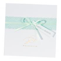 """Hochzeitseinladungen """"Mint"""" im luxuriösen Design mit bezaubernder Spitzenbanderole, feinem Satinbändchen und edler Goldfolienprägung"""