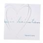 Moderne Hochzeitskarte mit Herz auf weißem Metallickarton