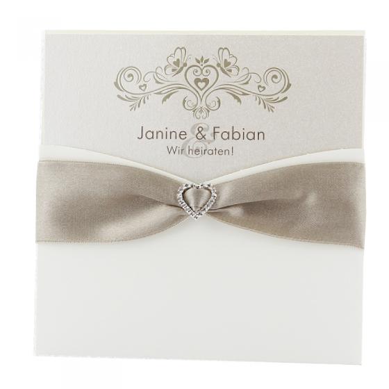 Edle Hochzeitskarten mit eleganter Zierschleife und Herzapplikation