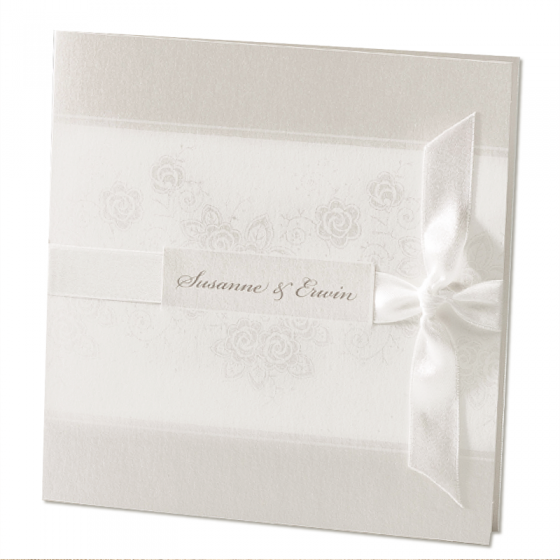 Elegante Hochzeitseinladungen auf schimmerndem Metallickarton mit zauberhaftem Satinzierband