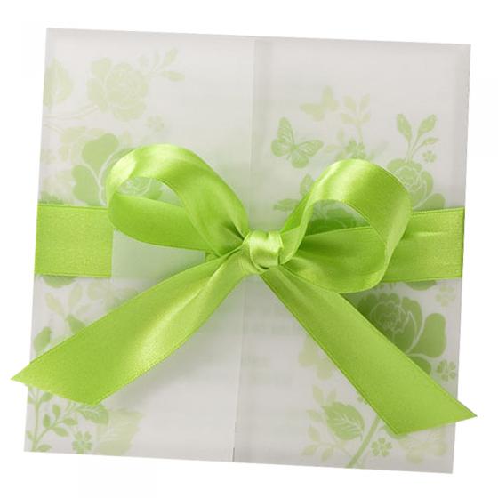 Grüne Hochzeitseinladungen auf weißem Metallickarton