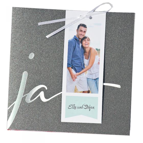 """Moderne Hochzeitseinladungen """"Silber"""" aus exquisitem anthrazitfarbenen Metallickarton mit edler Silberfolienprägung und einem innovativen Anhänger an einem Satinbändchen"""