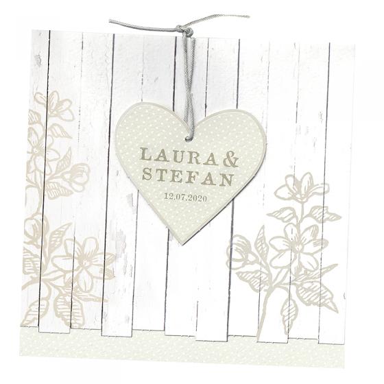 Romantische Hochzeitskarte in Holzoptik mit hübschem Herzanhänger und edler Folienprägung